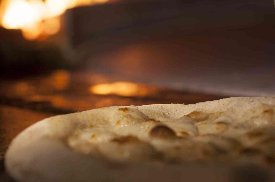 Pizza Apogeo con burrata, granella di nocciola, zucchina e bottarga
